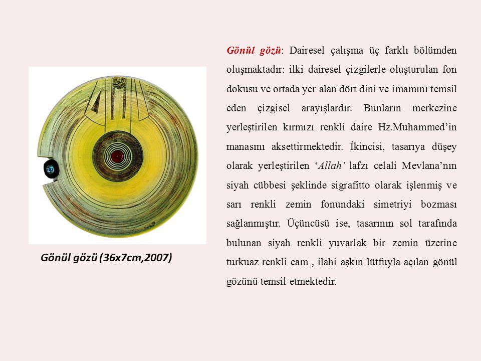 Gönül gözü: Dairesel çalışma üç farklı bölümden oluşmaktadır: ilki dairesel çizgilerle oluşturulan fon dokusu ve ortada yer alan dört dini ve imamını temsil eden çizgisel arayışlardır. Bunların merkezine yerleştirilen kırmızı renkli daire Hz.Muhammed'in manasını aksettirmektedir. İkincisi, tasarıya düşey olarak yerleştirilen 'Allah' lafzı celali Mevlana'nın siyah cübbesi şeklinde sigrafitto olarak işlenmiş ve sarı renkli zemin fonundaki simetriyi bozması sağlanmıştır. Üçüncüsü ise, tasarının sol tarafında bulunan siyah renkli yuvarlak bir zemin üzerine turkuaz renkli cam , ilahi aşkın lütfuyla açılan gönül gözünü temsil etmektedir.