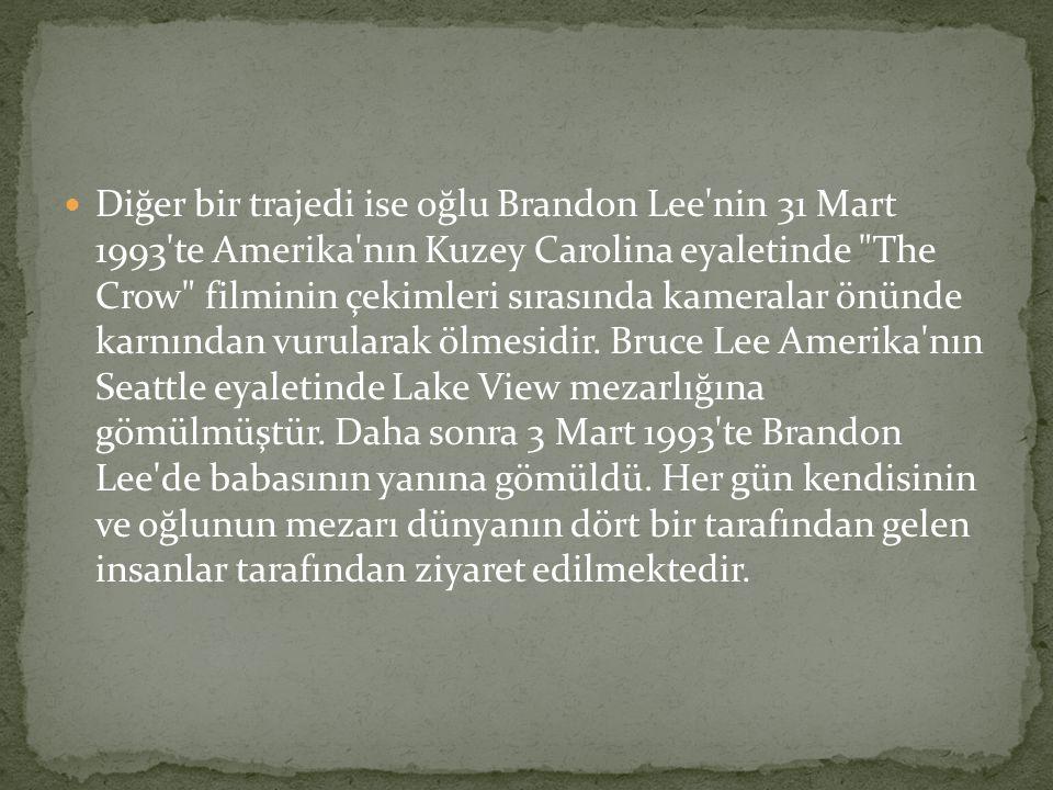 Diğer bir trajedi ise oğlu Brandon Lee nin 31 Mart 1993 te Amerika nın Kuzey Carolina eyaletinde The Crow filminin çekimleri sırasında kameralar önünde karnından vurularak ölmesidir. Bruce Lee Amerika nın Seattle eyaletinde Lake View mezarlığına gömülmüştür.