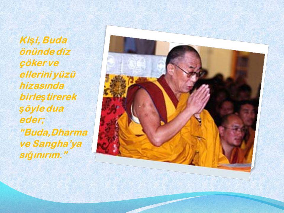 Kişi, Buda önünde diz çöker ve ellerini yüzü hizasında birleştirerek şöyle dua eder;