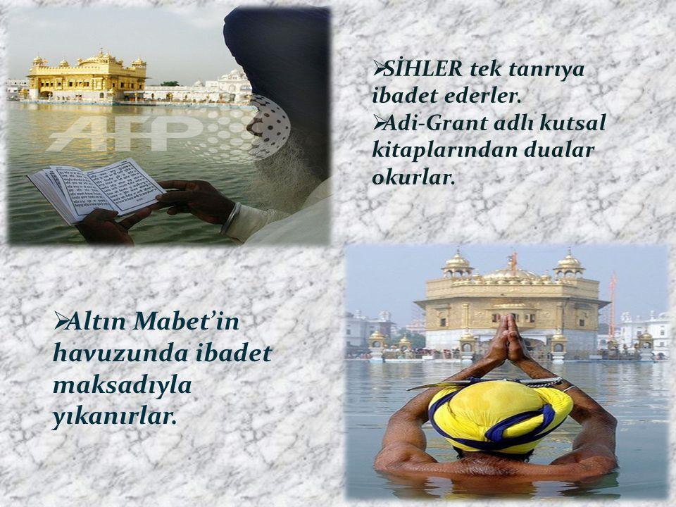 Altın Mabet'in havuzunda ibadet maksadıyla yıkanırlar.