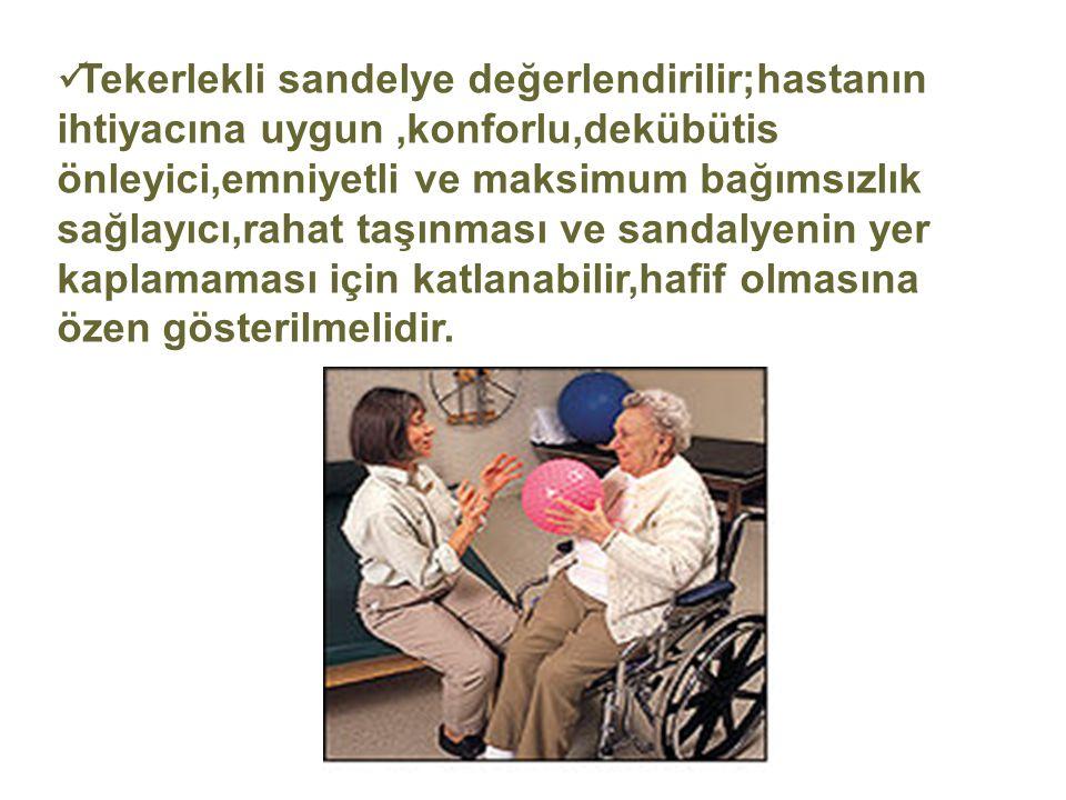 Tekerlekli sandelye değerlendirilir;hastanın ihtiyacına uygun ,konforlu,dekübütis önleyici,emniyetli ve maksimum bağımsızlık sağlayıcı,rahat taşınması ve sandalyenin yer kaplamaması için katlanabilir,hafif olmasına özen gösterilmelidir.