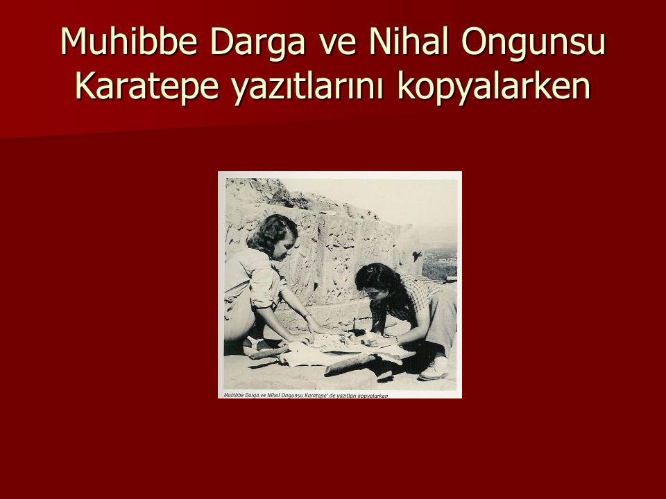 Muhibbe Darga ve Nihal Ongunsu Karatepe yazıtlarını kopyalarken
