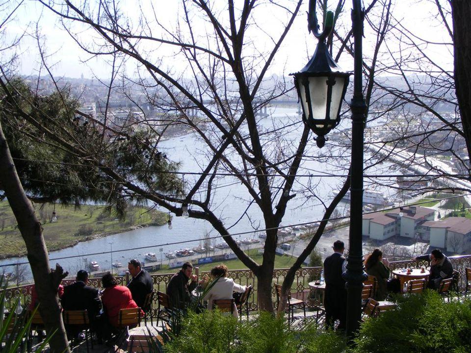 Haftasonları çok kalabalık olan Pierre Loti Çay Bahçesi, hafta içi çok daha güzel.