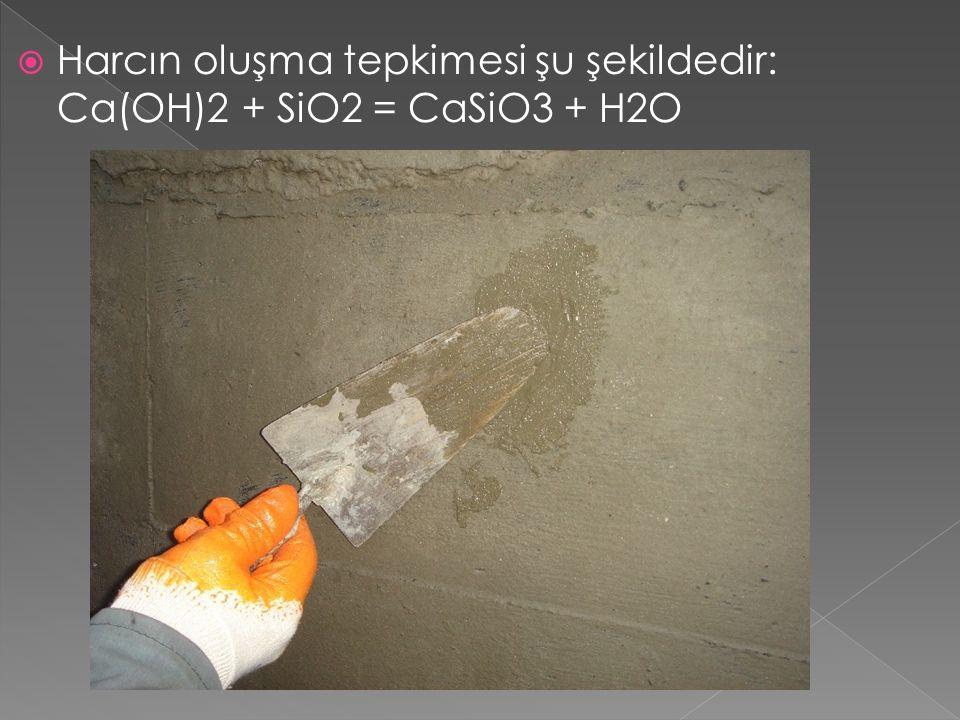 Harcın oluşma tepkimesi şu şekildedir: Ca(OH)2 + SiO2 = CaSiO3 + H2O