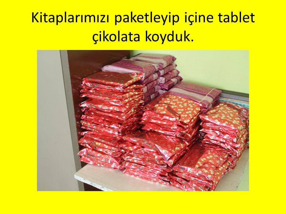Kitaplarımızı paketleyip içine tablet çikolata koyduk.