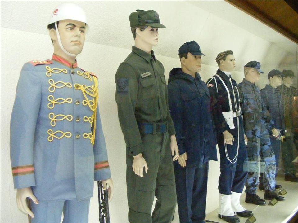 Müze bahçesindeki jetleri görmeden önce müze içindeki hangarda bulunan uçak ve diğer sergilenenleri geziyoruz.