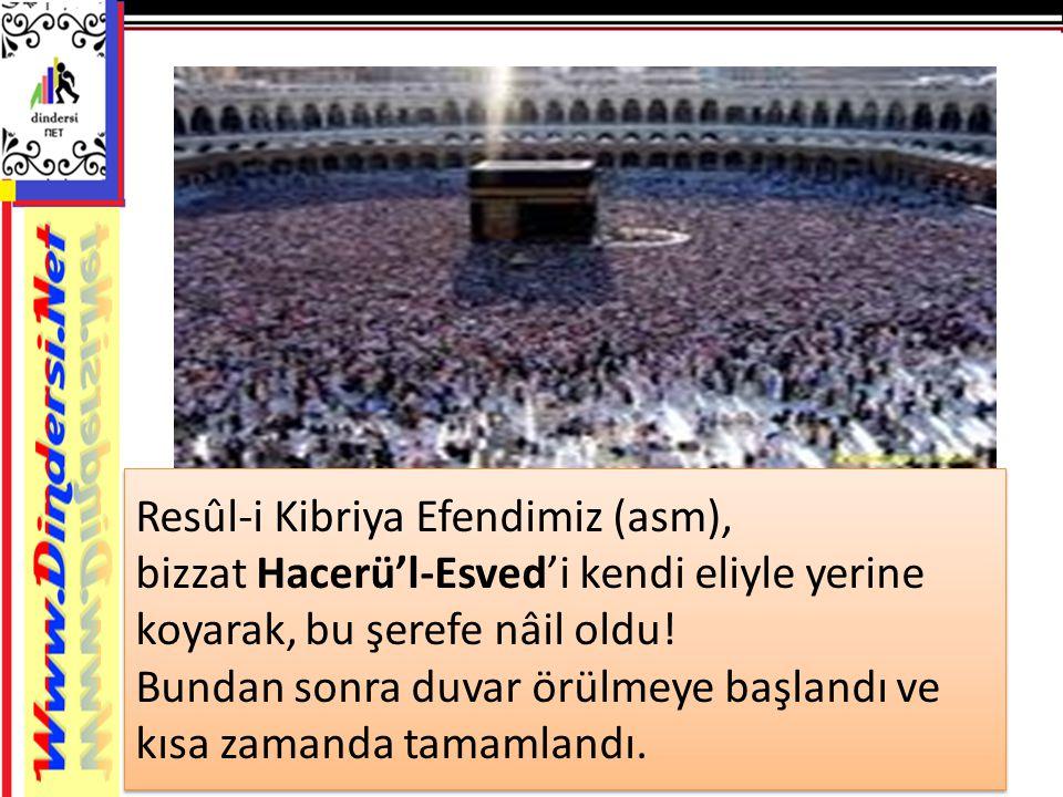 Resûl-i Kibriya Efendimiz (asm), bizzat Hacerü'l-Esved'i kendi eliyle yerine koyarak, bu şerefe nâil oldu.