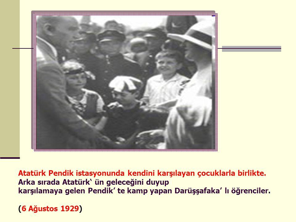 Atatürk Pendik istasyonunda kendini karşılayan çocuklarla birlikte.