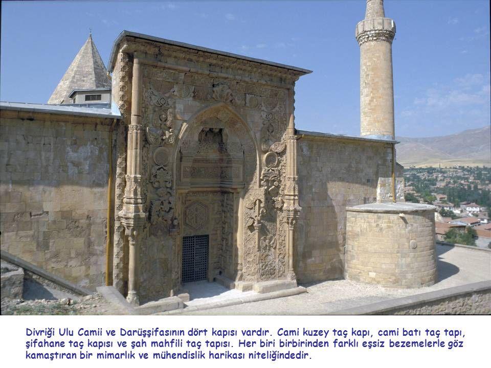 Divriği Ulu Camii ve Darüşşifasının dört kapısı vardır