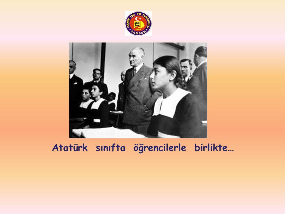 Atatürk sınıfta öğrencilerle birlikte…