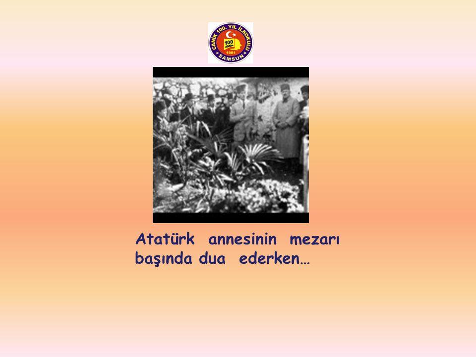 Atatürk annesinin mezarı başında dua ederken…