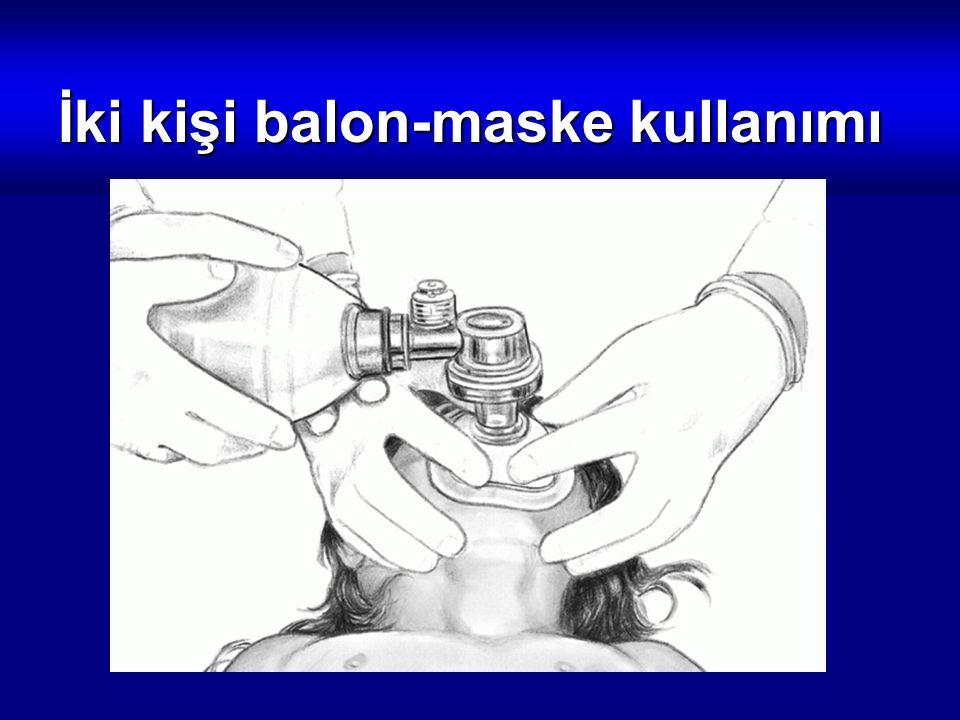 İki kişi balon-maske kullanımı