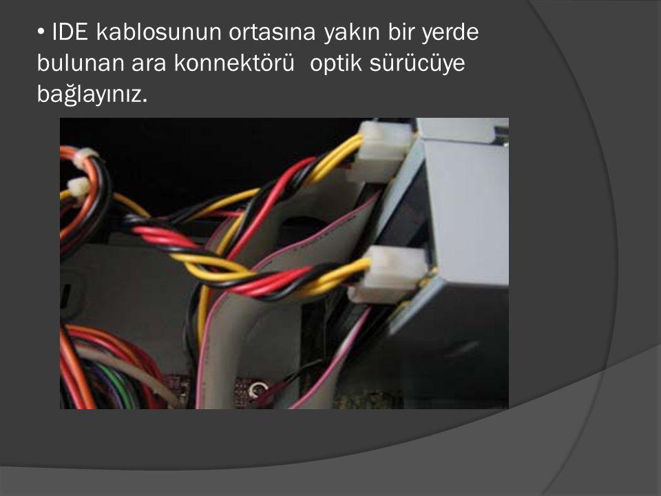 IDE kablosunun ortasına yakın bir yerde bulunan ara konnektörü optik sürücüye bağlayınız.