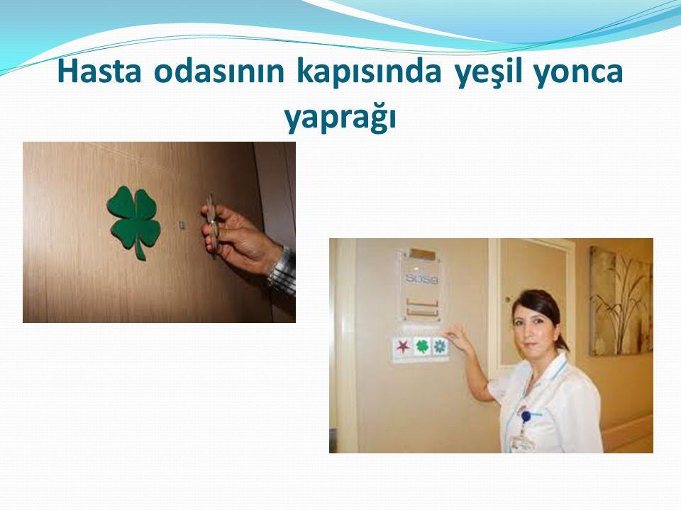 Hasta odasının kapısında yeşil yonca yaprağı