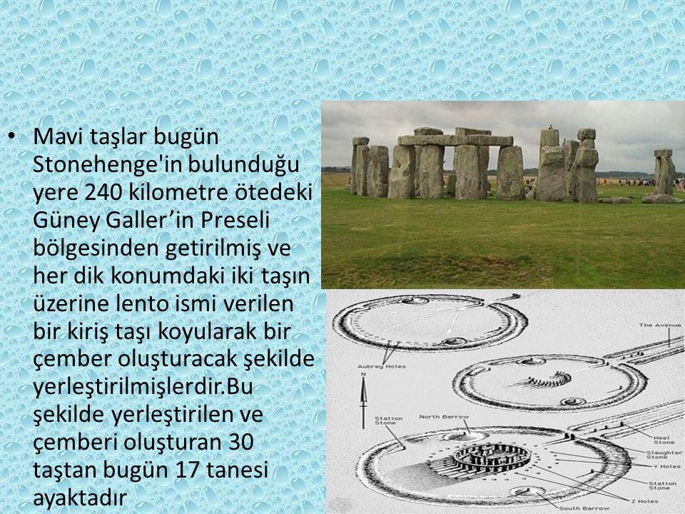 Mavi taşlar bugün Stonehenge in bulunduğu yere 240 kilometre ötedeki Güney Galler'in Preseli bölgesinden getirilmiş ve her dik konumdaki iki taşın üzerine lento ismi verilen bir kiriş taşı koyularak bir çember oluşturacak şekilde yerleştirilmişlerdir.Bu şekilde yerleştirilen ve çemberi oluşturan 30 taştan bugün 17 tanesi ayaktadır