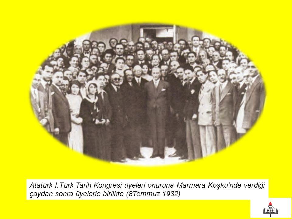 Atatürk I.Türk Tarih Kongresi üyeleri onuruna Marmara Köşkü'nde verdiği çaydan sonra üyelerle birlikte (8Temmuz 1932)