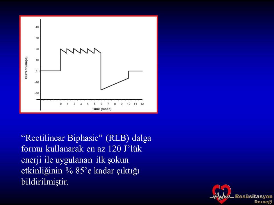 Rectilinear Biphasic (RLB) dalga formu kullanarak en az 120 J'lük enerji ile uygulanan ilk şokun etkinliğinin % 85'e kadar çıktığı bildirilmiştir.