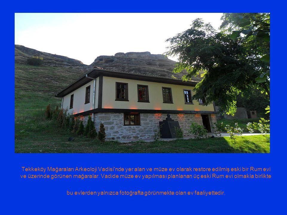 Tekkeköy Mağaraları Arkeoloji Vadisi nde yer alan ve müze ev olarak restore edilmiş eski bir Rum evi ve üzerinde görünen mağaralar.
