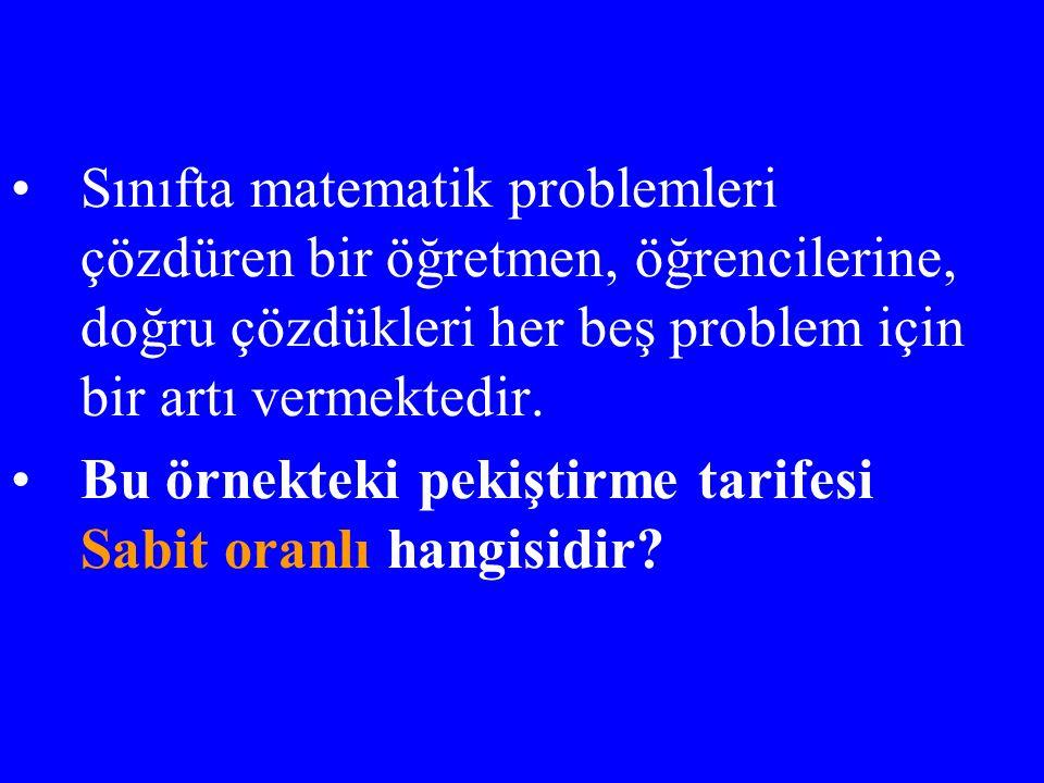 Sınıfta matematik problemleri çözdüren bir öğretmen, öğrencilerine, doğru çözdükleri her beş problem için bir artı vermektedir.