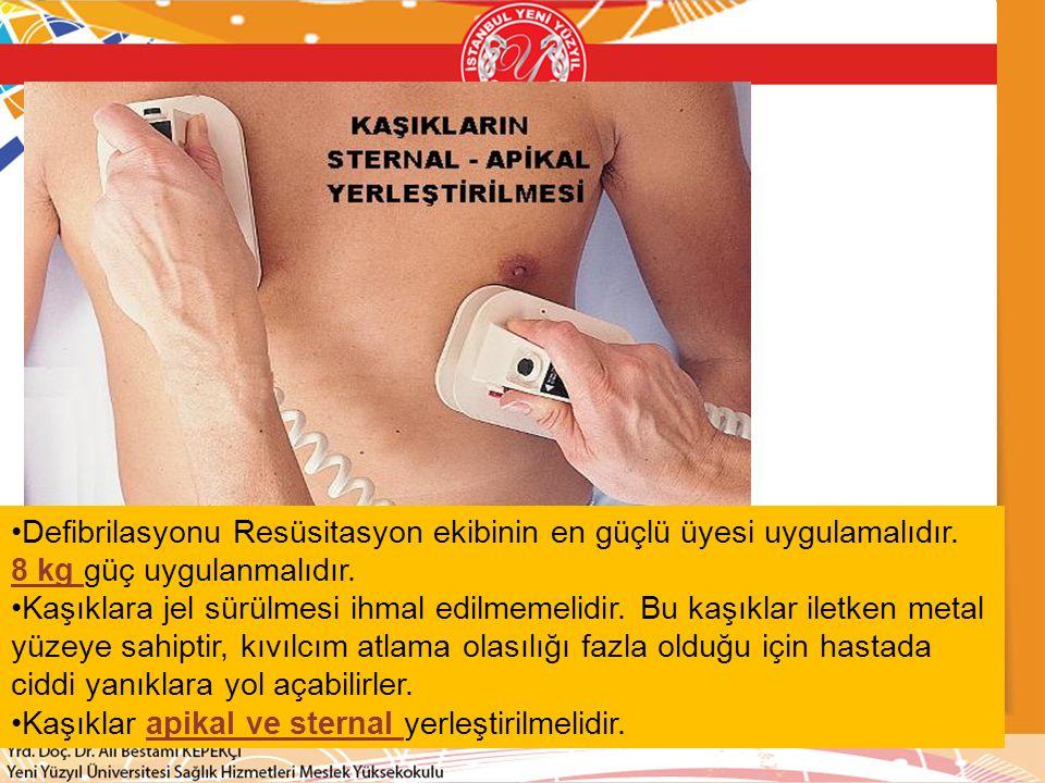 Defibrilasyonu Resüsitasyon ekibinin en güçlü üyesi uygulamalıdır.