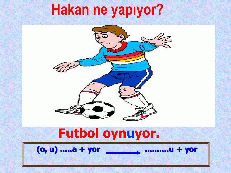 Hakan ne yapıyor Futbol oynuyor.