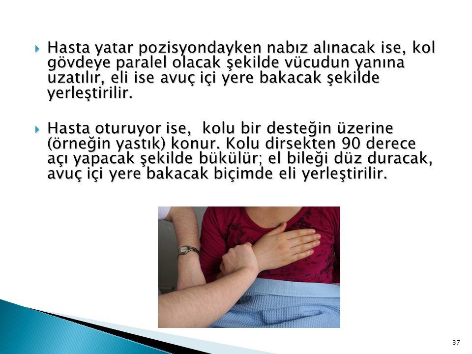 Hasta yatar pozisyondayken nabız alınacak ise, kol gövdeye paralel olacak şekilde vücudun yanına uzatılır, eli ise avuç içi yere bakacak şekilde yerleştirilir.