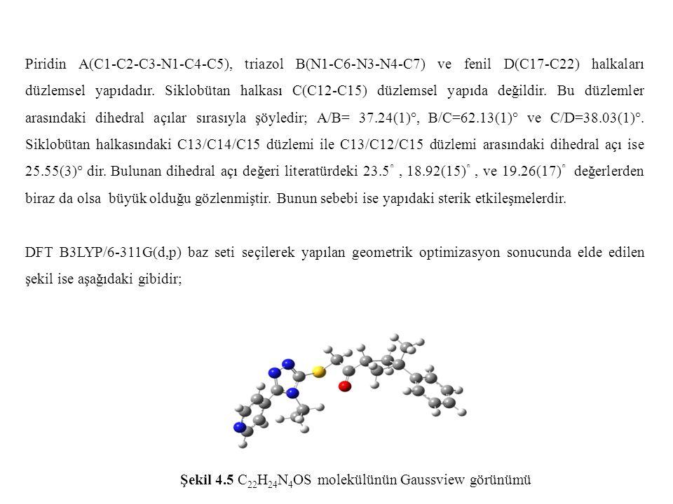 Piridin A(C1-C2-C3-N1-C4-C5), triazol B(N1-C6-N3-N4-C7) ve fenil D(C17-C22) halkaları düzlemsel yapıdadır. Siklobütan halkası C(C12-C15) düzlemsel yapıda değildir. Bu düzlemler arasındaki dihedral açılar sırasıyla şöyledir; A/B= 37.24(1)°, B/C=62.13(1)° ve C/D=38.03(1)°. Siklobütan halkasındaki C13/C14/C15 düzlemi ile C13/C12/C15 düzlemi arasındaki dihedral açı ise 25.55(3)° dir. Bulunan dihedral açı değeri literatürdeki 23.5◦ , 18.92(15)◦ , ve 19.26(17)◦ değerlerden biraz da olsa büyük olduğu gözlenmiştir. Bunun sebebi ise yapıdaki sterik etkileşmelerdir.