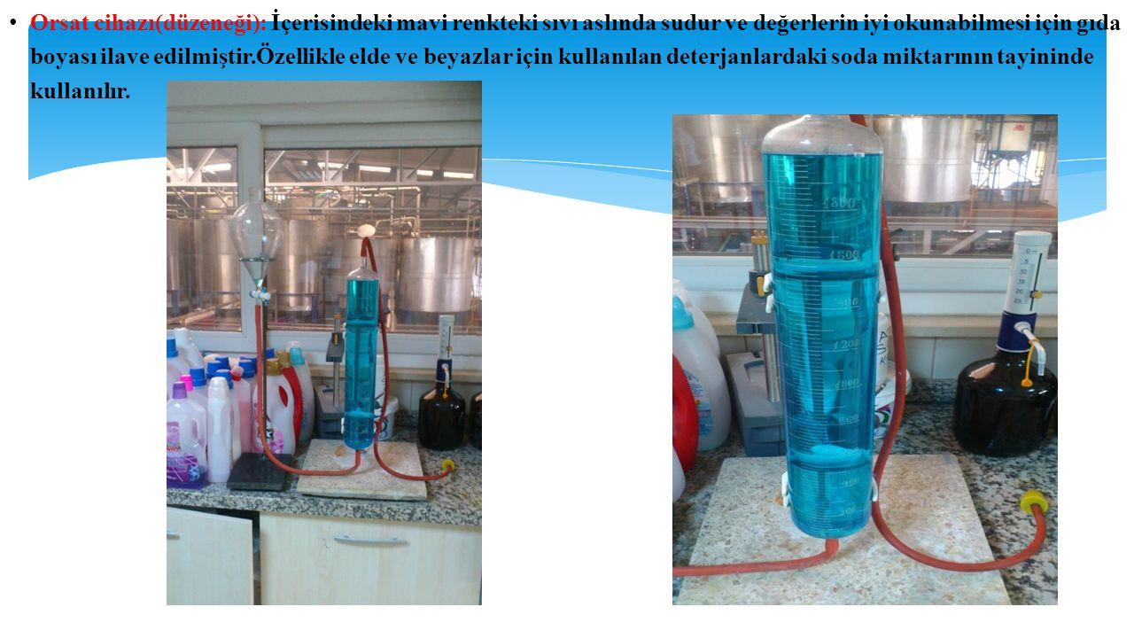 Orsat cihazı(düzeneği): İçerisindeki mavi renkteki sıvı aslında sudur ve değerlerin iyi okunabilmesi için gıda boyası ilave edilmiştir.Özellikle elde ve beyazlar için kullanılan deterjanlardaki soda miktarının tayininde kullanılır.