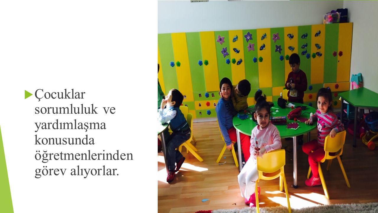 Çocuklar sorumluluk ve yardımlaşma konusunda öğretmenlerinden görev alıyorlar.