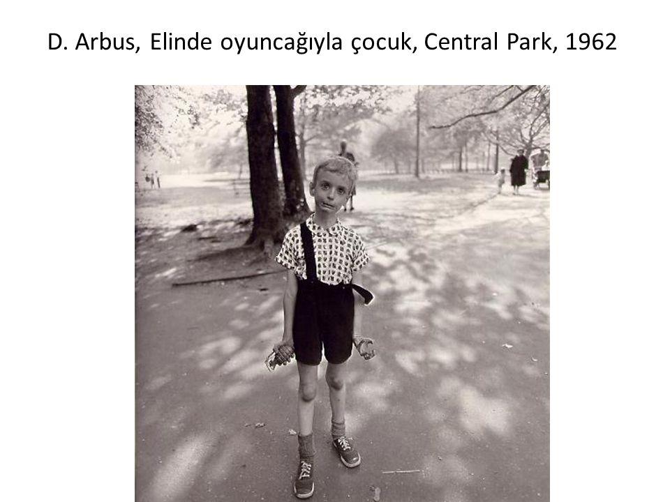 D. Arbus, Elinde oyuncağıyla çocuk, Central Park, 1962
