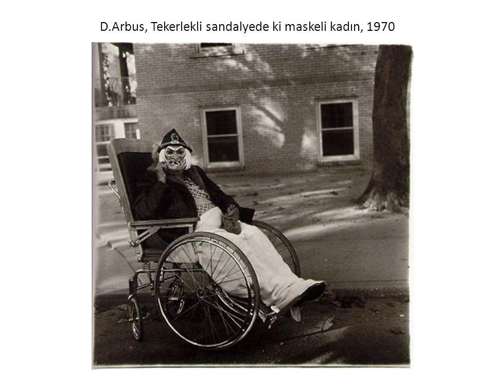 D.Arbus, Tekerlekli sandalyede ki maskeli kadın, 1970