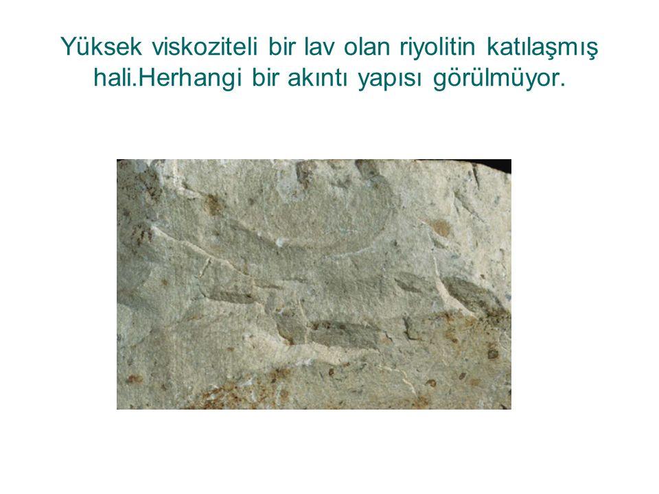 Yüksek viskoziteli bir lav olan riyolitin katılaşmış hali