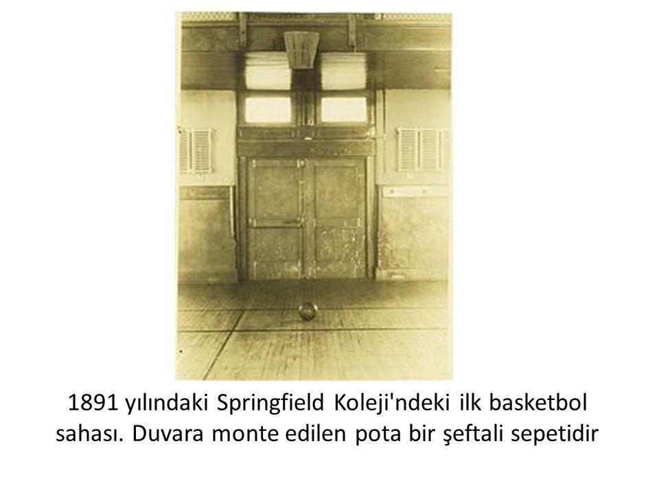 1891 yılındaki Springfield Koleji ndeki ilk basketbol sahası
