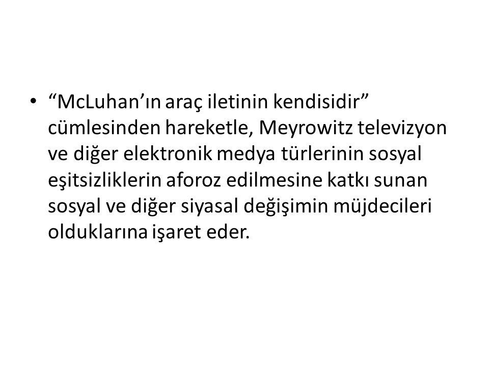 McLuhan'ın araç iletinin kendisidir cümlesinden hareketle, Meyrowitz televizyon ve diğer elektronik medya türlerinin sosyal eşitsizliklerin aforoz edilmesine katkı sunan sosyal ve diğer siyasal değişimin müjdecileri olduklarına işaret eder.
