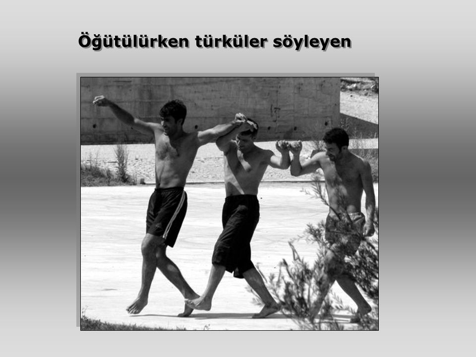 Öğütülürken türküler söyleyen