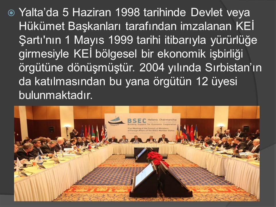 Yalta'da 5 Haziran 1998 tarihinde Devlet veya Hükümet Başkanları tarafından imzalanan KEİ Şartı nın 1 Mayıs 1999 tarihi itibarıyla yürürlüğe girmesiyle KEİ bölgesel bir ekonomik işbirliği örgütüne dönüşmüştür.