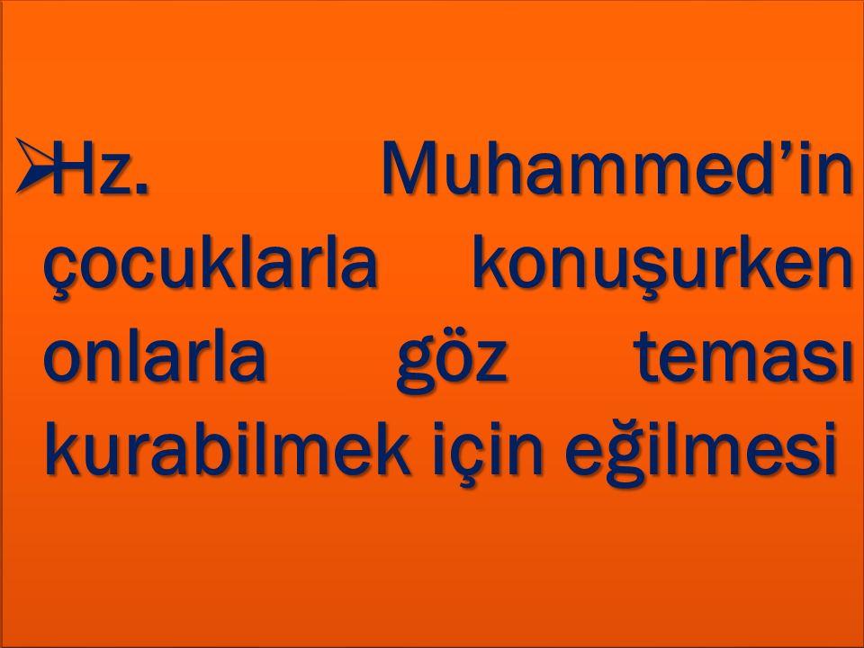 Hz. Muhammed'in çocuklarla konuşurken onlarla göz teması kurabilmek için eğilmesi